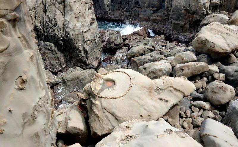 運玉を投げ入れる亀の奇石